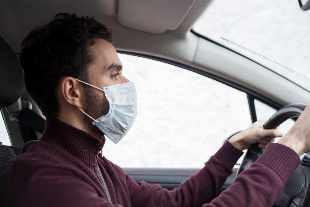 Нужно ли мне носить маску в машине?