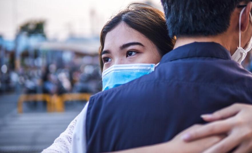 Насколько опасно обниматься во время COVID?