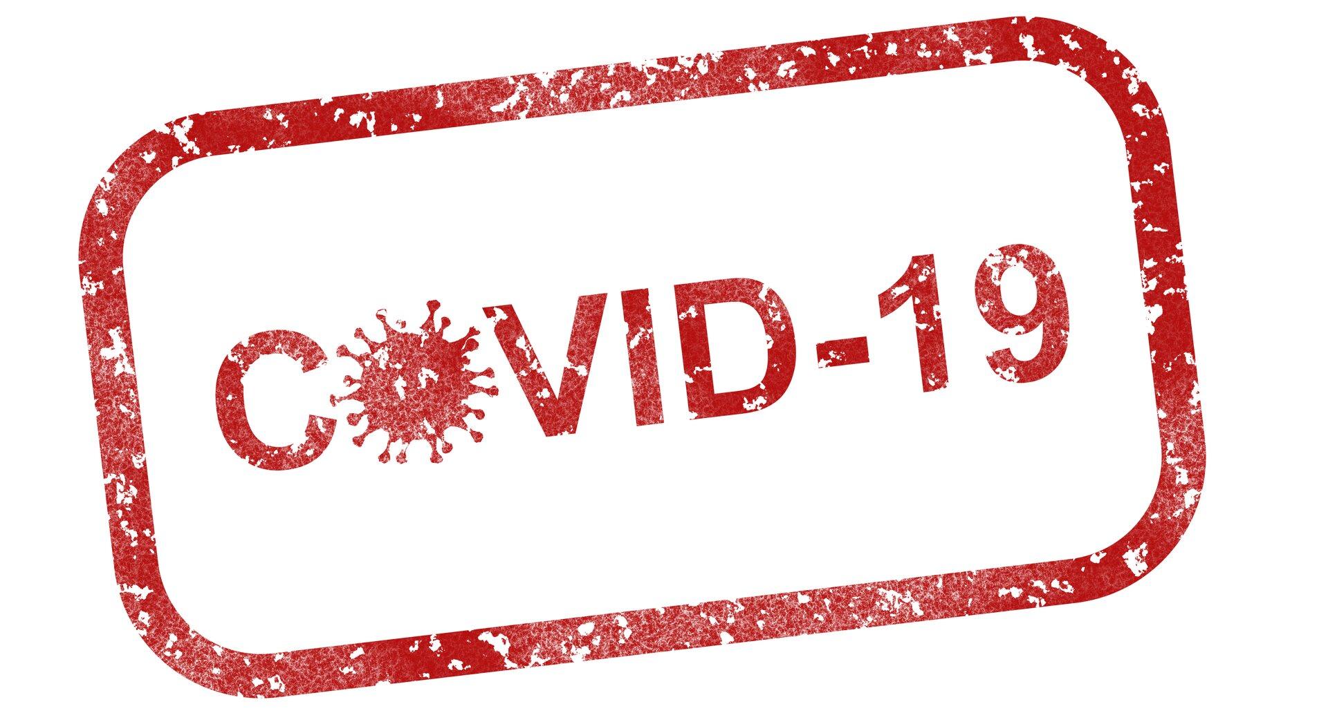По мере того как пандемия COVID-19 затягивается, исследователи обнаружили связь между определенными факторами образа жизни и риском заражения человека. Хотя уже было установлено, что люди с диабетом типа II и высоким индексом массы тела (ИМТ) подвергаются большему риску госпитализации и других серьезных осложнений, связанных с COVID-19, они также подвергаются большему риску заражения симптоматической инфекцией в первое место. Таковы результаты недавнего исследования, проведенного учеными из Медицинской школы Университета Мэриленда, которое было опубликовано сегодня в журнале PLoS ONE. Используя данные британского биобанка о 500000 британских добровольцах старше 40 лет, исследователи изучили факторы здоровья у тех, кто дал положительный результат на COVID-19, и сравнили их с теми, кто дал отрицательный результат. Они обнаружили, что те, у кого были положительные результаты теста на COVID-19, с большей вероятностью страдали ожирением или диабетом II типа. Те, у кого был отрицательный результат, с большей вероятностью имели высокий уровень «хорошего» холестерина ЛПВП и имели здоровый вес с нормальным индексом массы тела (ИМТ). «Некоторые исходные кардиометаболические факторы, по-видимому, либо защищают человека от инфекции COVID-19, в то время как другие делают человека более уязвимым для инфекции», - сказал автор исследования Чарльз Хонг, доктор медицинских наук, профессор медицины и директор кардиологических исследований в больнице. Медицинского университета. «Но это исследование не предназначалось для определения того, какие факторы на самом деле вызывают инфекции COVID-19. Это статистические ассоциации, указывающие на важность здоровой функционирующей иммунной системы для защиты от инфекции COVID-19». Он и его коллеги контролировали возможные мешающие факторы, такие как социально-экономический статус, возраст, пол и этническая принадлежность. «Наши результаты указывают на некоторые здоровые меры, которые люди могут предпринять, чтобы потенциально снизить риск зараж